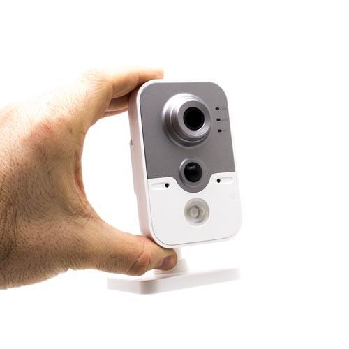 camera ip dans les mains